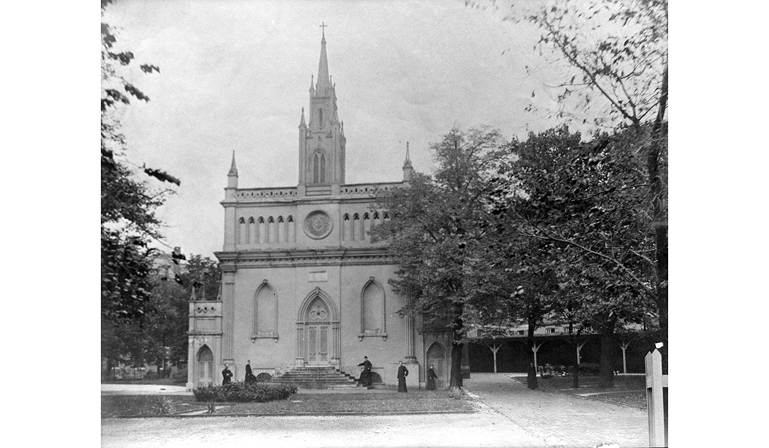 sms_ps_chapel_ext_front_stpl_bw_students_01-slide